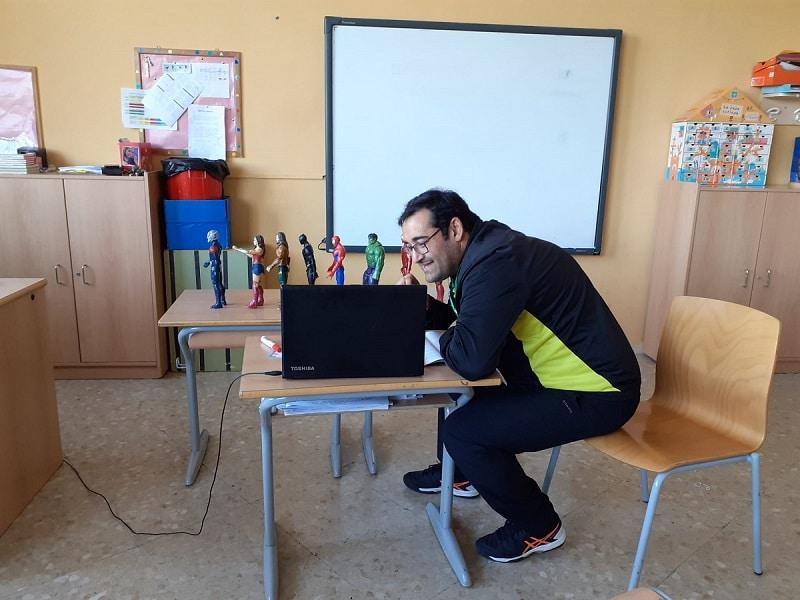 Profesor del agora International da clase por Internet con Teams.