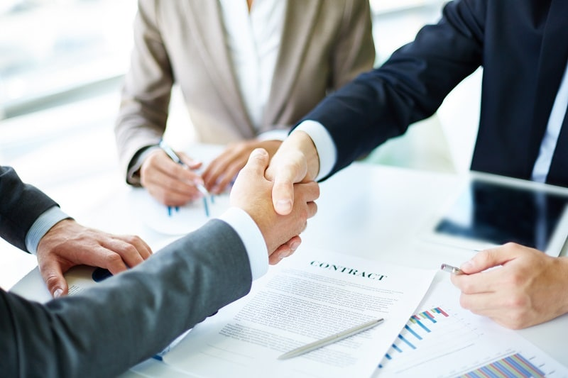Apretón de manos en un negocio. MOOC gratuitos