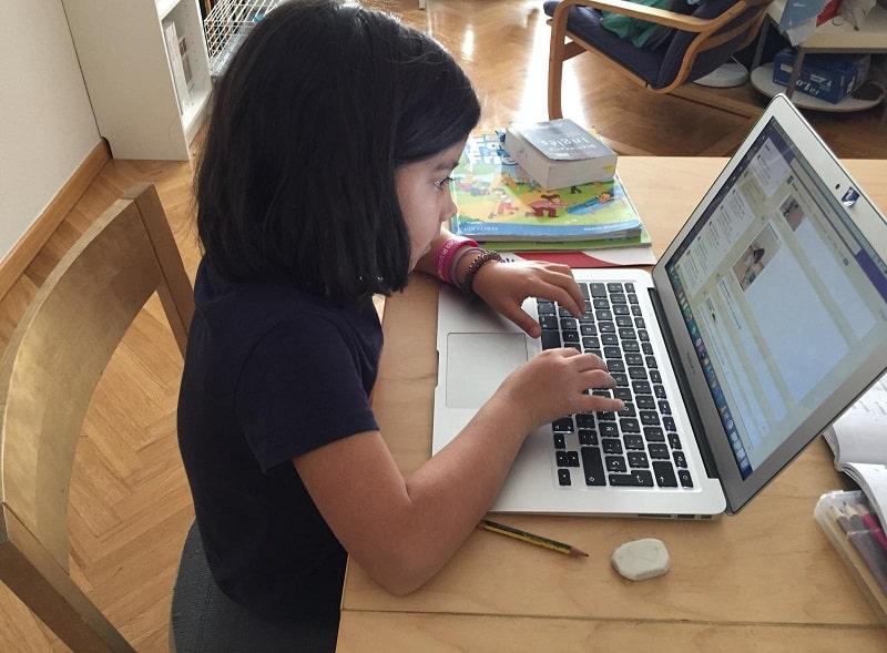 Una niña pequeña asiste a clase virtualmente por la plataforma Teams