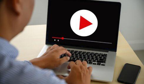 Docente preparando sus clases de vídeo