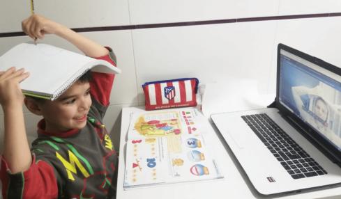niño estudia a distancia por ordenador