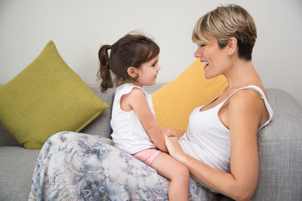 madre hablando con niña