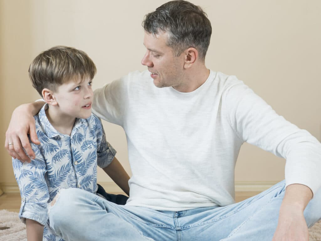 padre hablando con su hijo