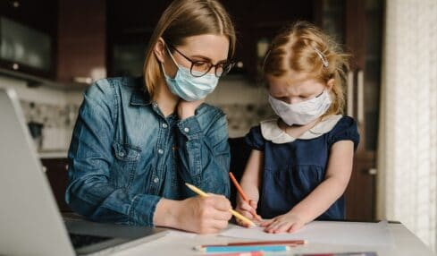 Madre e hija estudian con mascarilla en casa - coronavirus