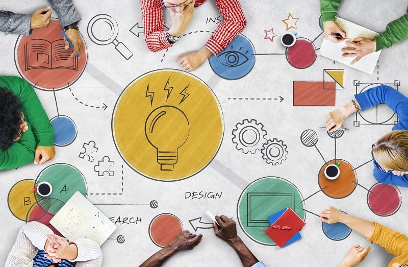 una mesa creativa con mapas visuales - concepto de creatividad