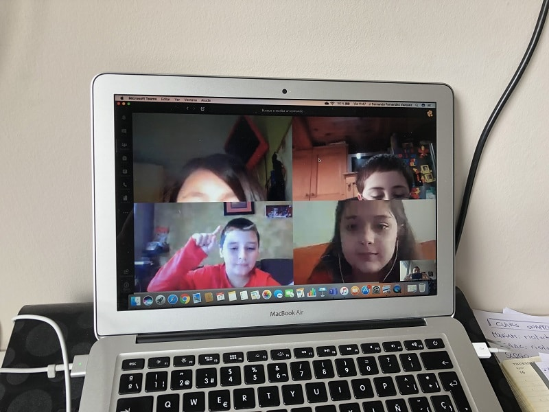 Educación a distancia . Videoconferencias con los niños.