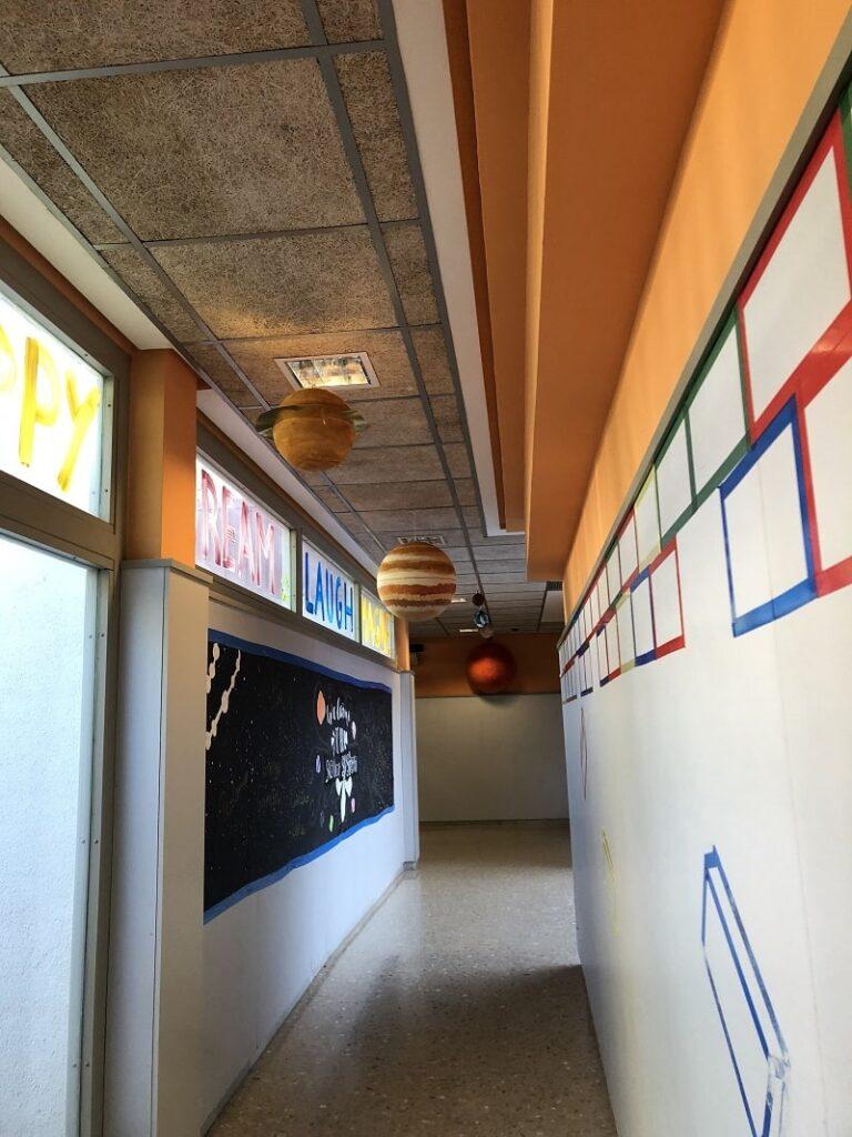 Pasillo decorado con el trabajo de los alumnos
