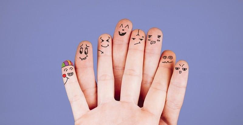 neuroeducación para motivar al alumnado - dedos que tienen diferentes emociones dibujados a boli