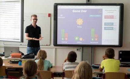 Profesor en clase usando kahoot