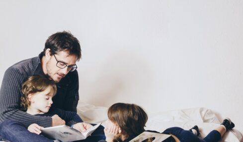 Un padre practica storytelling con sus hijos