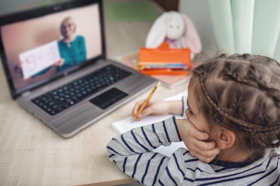 Niña escucha a su profesora online