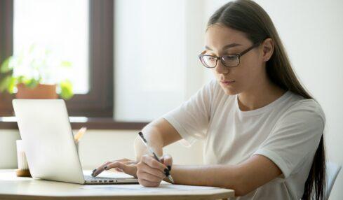 una alumna hace un examen online