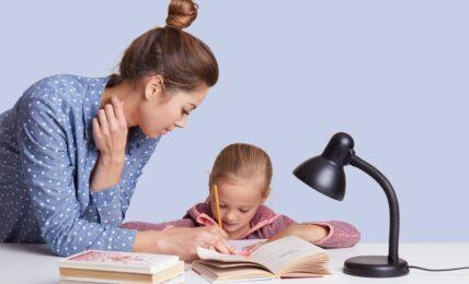 madre e hija hacen deberes juntas