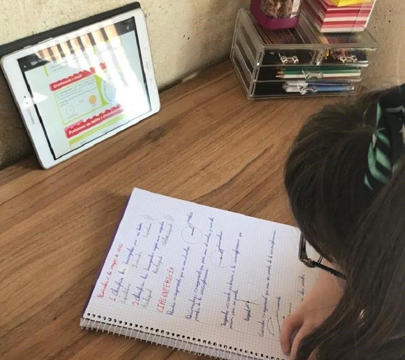 una alumna del CEIP Purísima Concepción de El Esparragal en Puerto Lumbreras (Murcia) usa las tabletas en la enseñanza a distancia