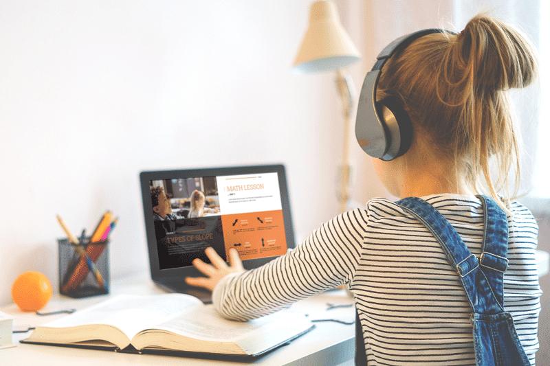 Newline - una niña trabaja online con un ordenador