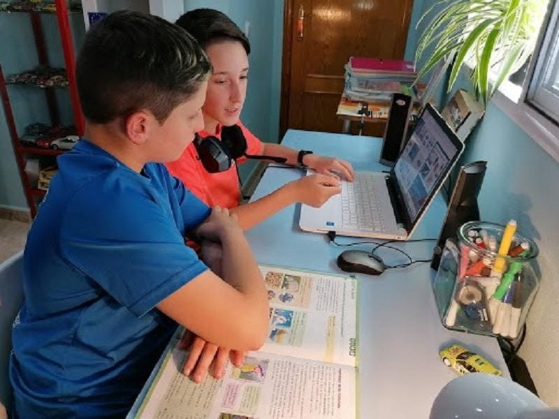 Dos alumnos del CEIP Purísima Concepción de El Esparragal en Puerto Lumbreras (Murcia) en clases a distancia