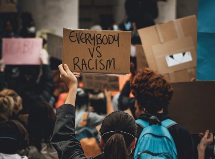 Pancarta Todo el mundo VS racismo