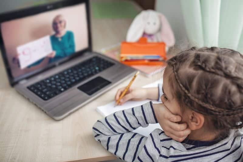 docente y estudiante conexión online uso pantallas crisis sanitaria