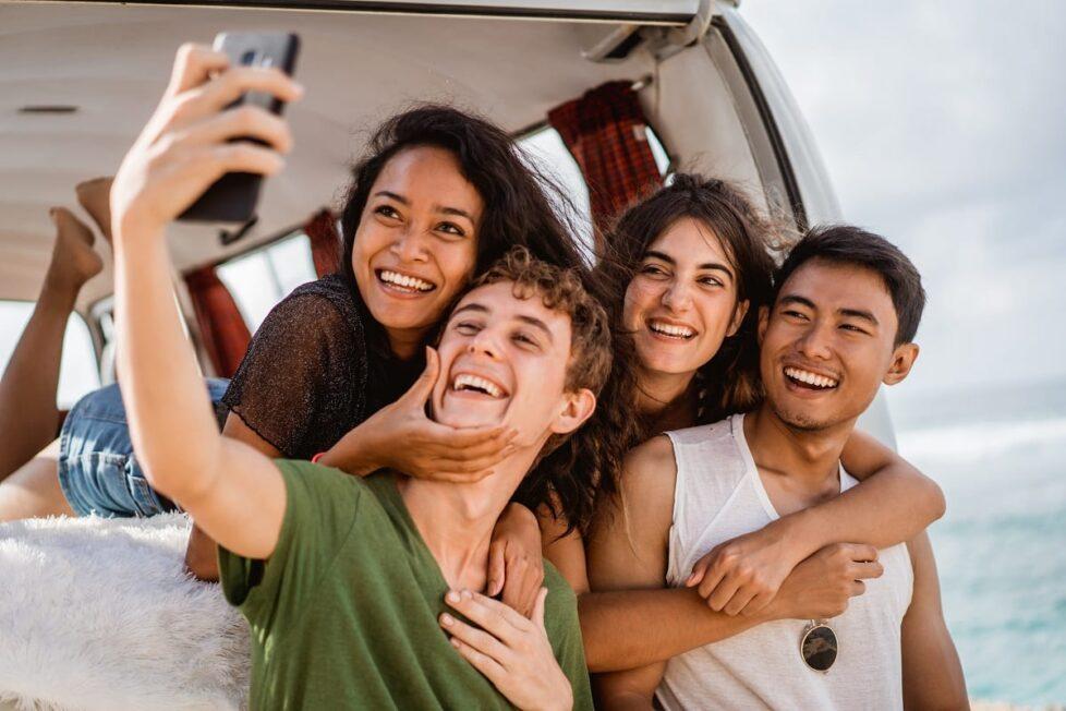 Amigos disfrutan de conexión wifi en una videollamada
