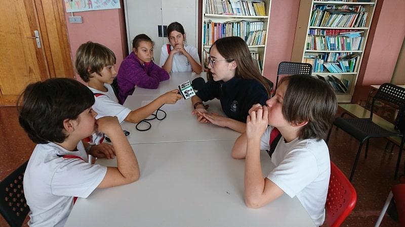 Los niños entrevistan a una alumna más mayor para visibilizar el papel de la mujer a través de la radio y los podcast