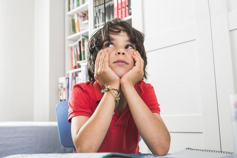 Niño aburrido - el aburrimiento propicia la creatividad