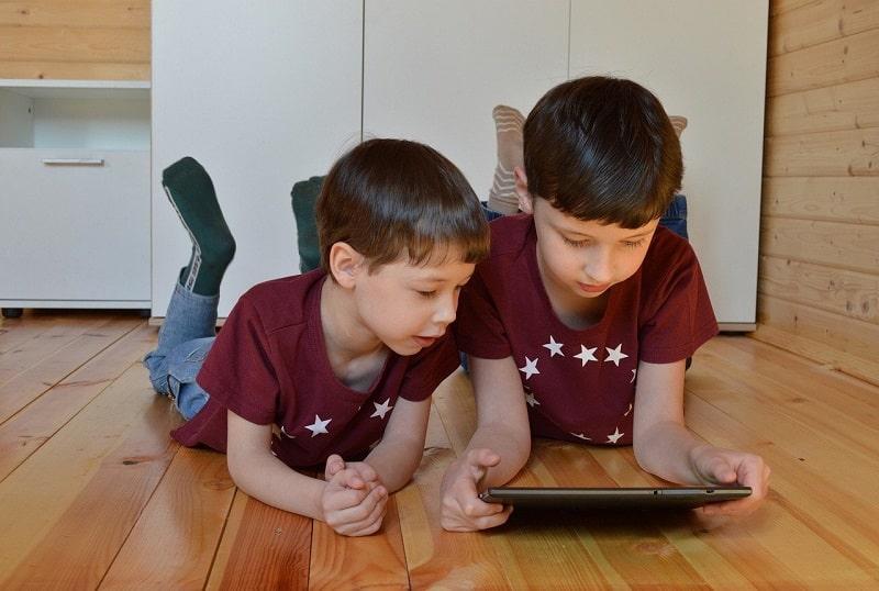 dos niños miran la tableta - formación online familias