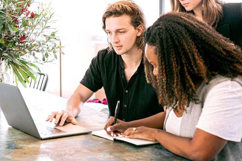 docencia online - estudiantes estudian online.