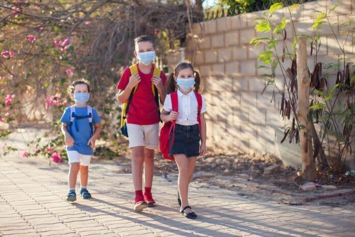 Alumnos van al colegio con mascarilla