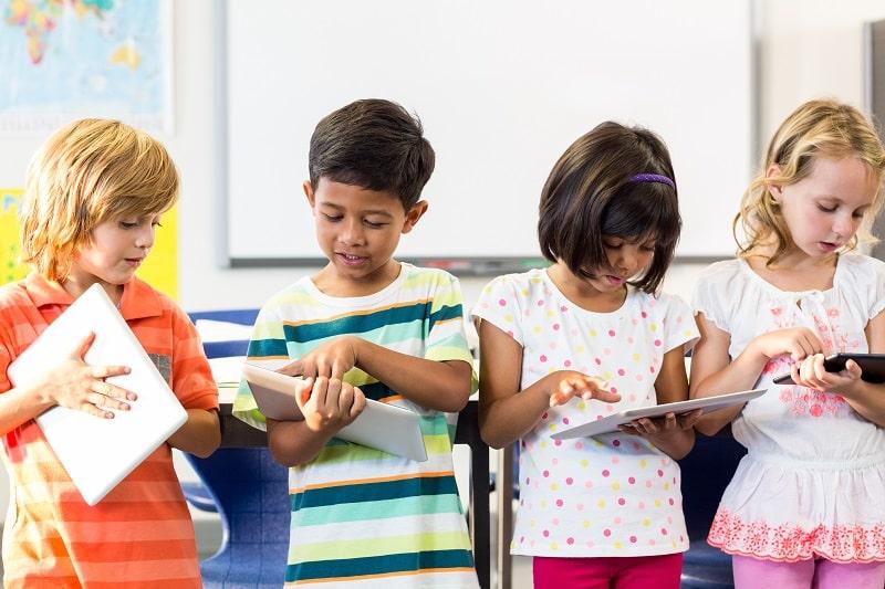 gamificación y ABJ niños jugando con tabletas en clase