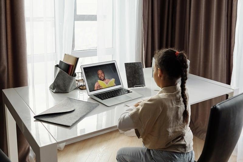 Una niña atiende a una clase online