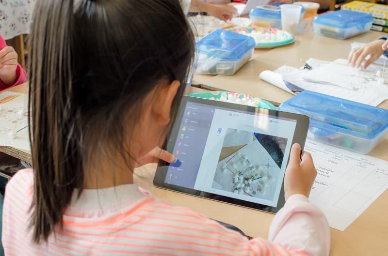 Una alumna sube una foto de su proyecto a Class Story de ClassDojo - usos de Classdojo