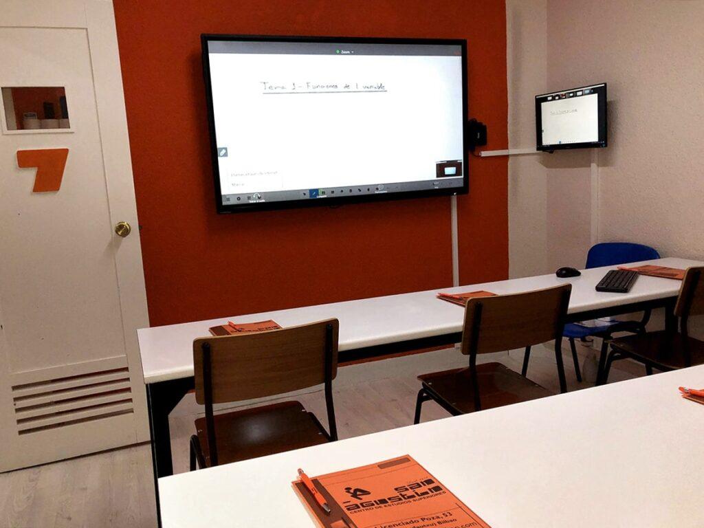 Clases semipresenciales en el Centro de Estudios Superiores San Agustín de Bilbaol.