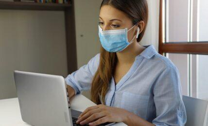 Formación online docente mujer con mascarilla frente al ordenador