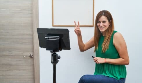 Una profesora graba sus clases online