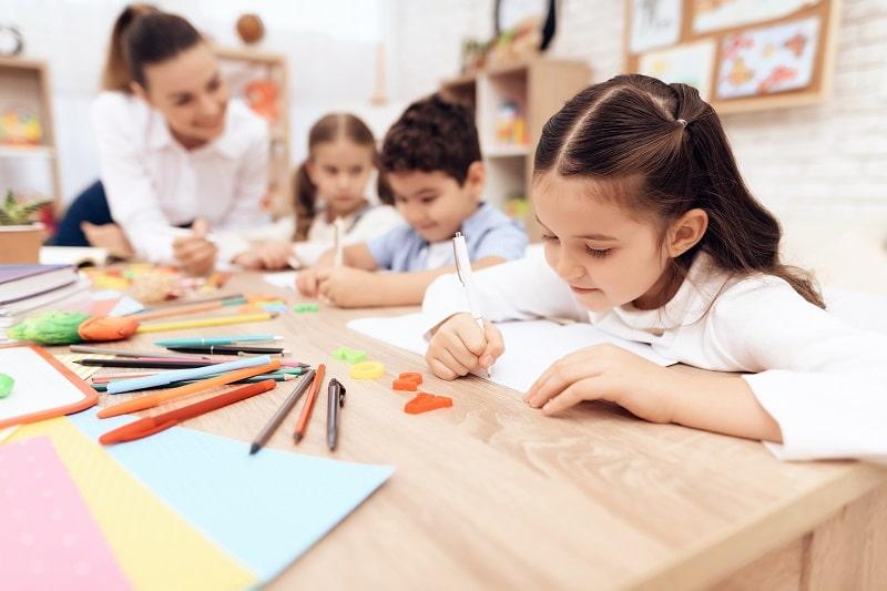 Una profesora en clase con niños.