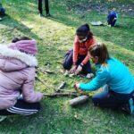 Jugando con palos-educación al aire libre
