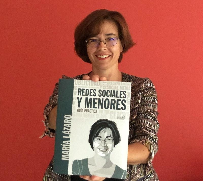 María Lázaro, autora del artículo sobre Sharenting muestra su libro 'Redes Sociales y menores, guía práctica'.