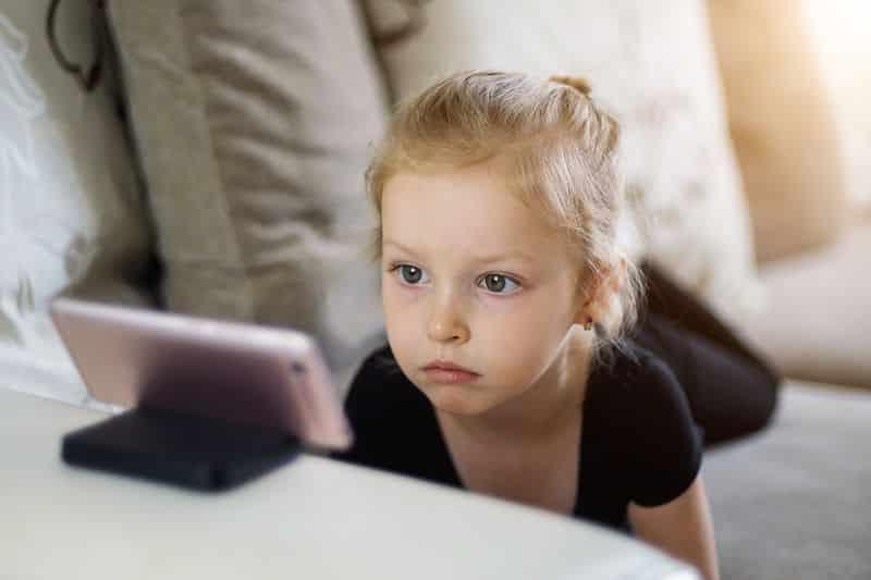 niña delante pantalla móvil
