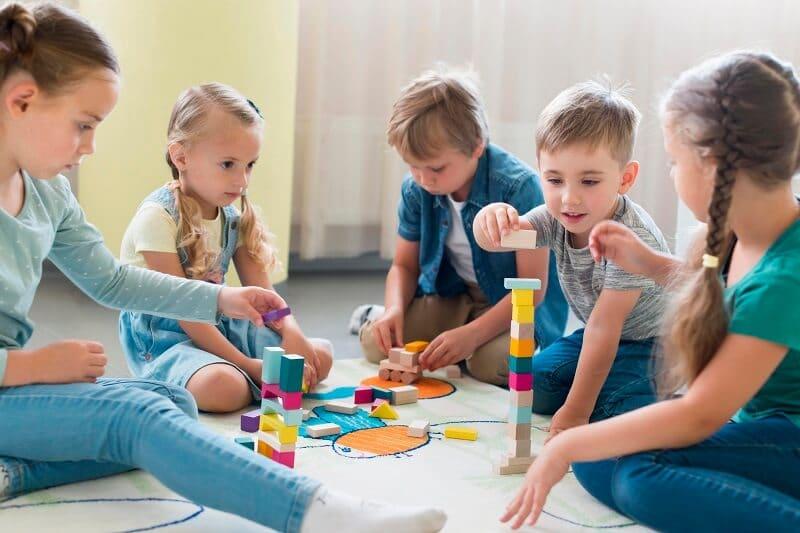 Niños jugando juntos en clase - alumnos TEA con sus compañeros