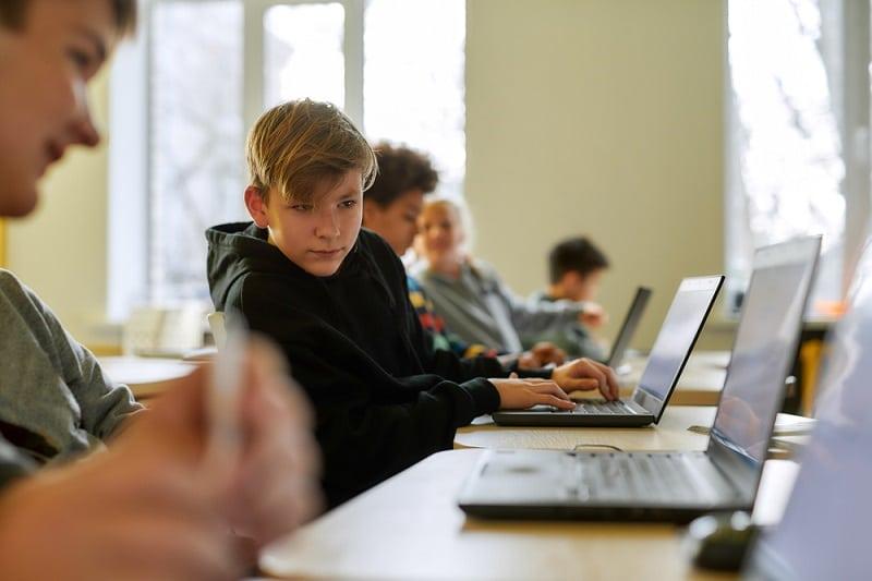 Artículo de opinión de aulaPlaneta:¿Están los centros preparados para la educación digital y las aulas online?