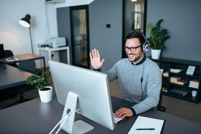 Monitores panorámicos dispositivos oficina en casa