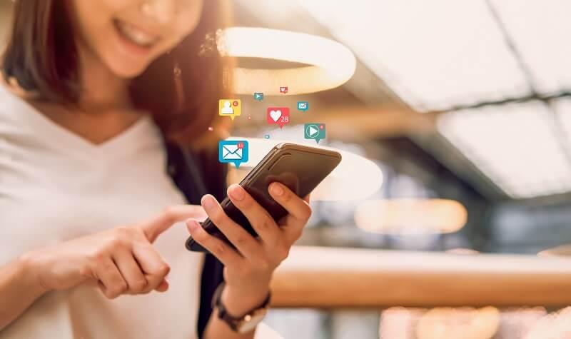 Una chica joven utiliza su primer móvil para acceder a las redes sociales y diferentes aplicaciones