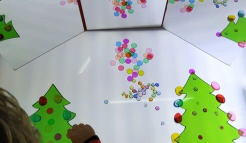 Mesa de luz en el aula de Infantil