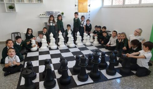 Niños aprenden matemáticas con Ajedrez