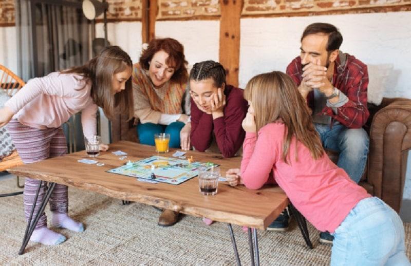 Familia jugando a juegos de mesa navideños
