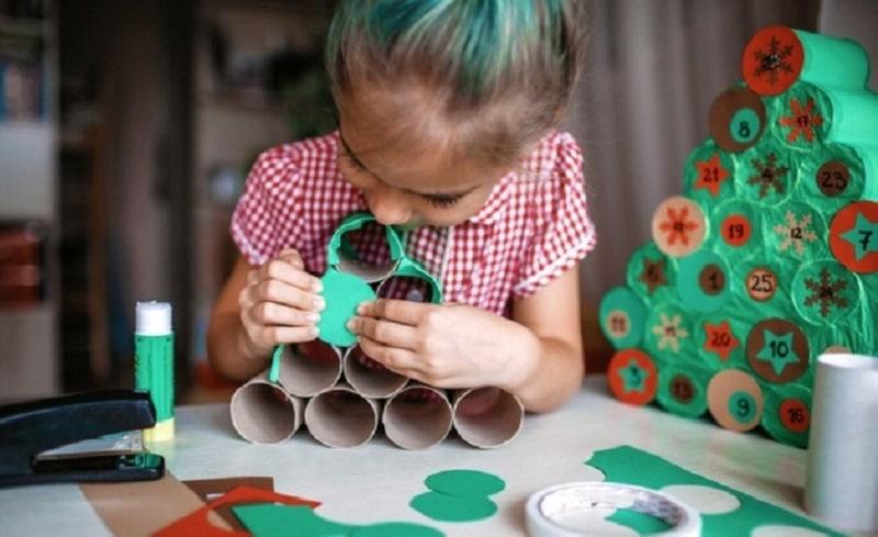 ninos haciendo calendario adviento navideno artesanal rollos papel higienico casa 73664 404 1