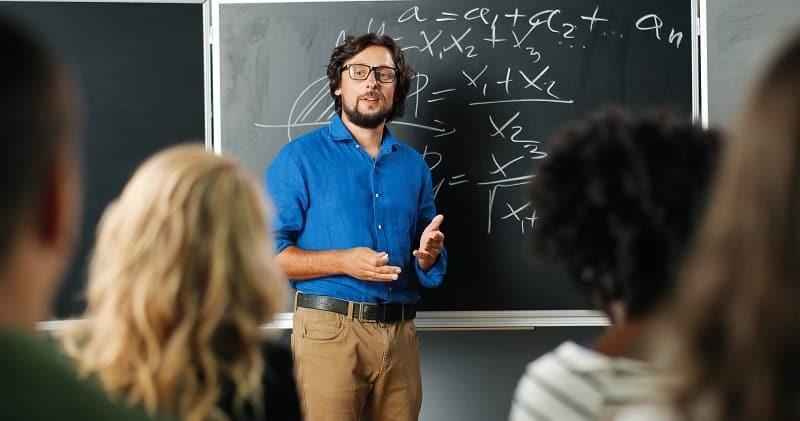 Profesor de secundaria imparte clase - la docencia, una de las profesiones más demandadas