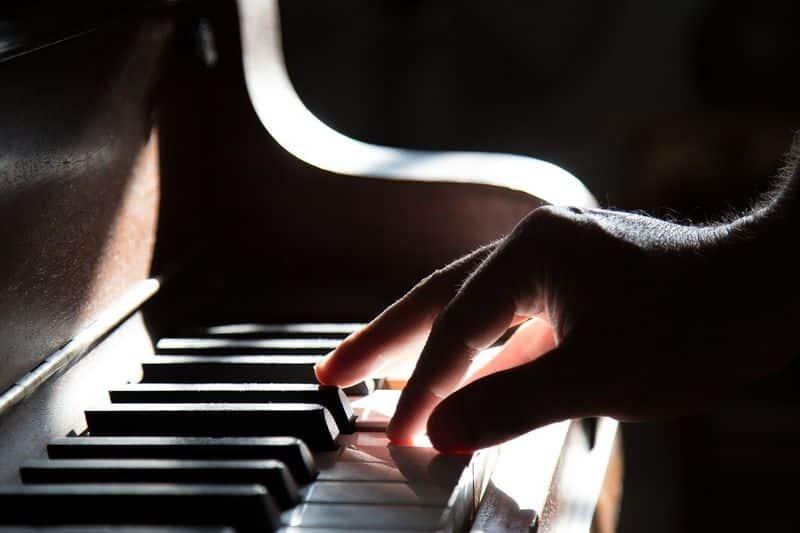 Un profesor toca el piano. Educación Musical 5.0