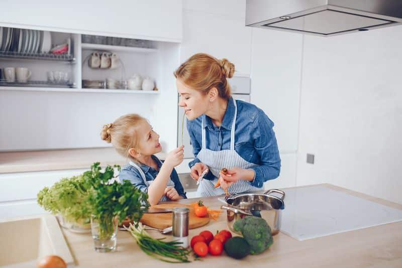 Enseñar a los hijos a cocinar es un ejemplo de hacerlos independientes. Método Montessori.