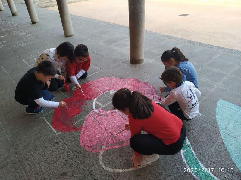 Los alumnos hacen educación plástica en inglés